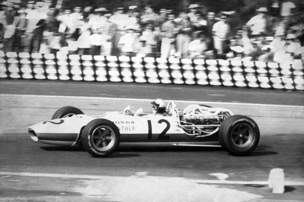 1966 Mexican Grand Prix.Mexico City, Mexico. 23 October 1966.Richie Ginther, Honda RA273, 4th position, action.World Copyright: LAT PhotographicRef: b&w print