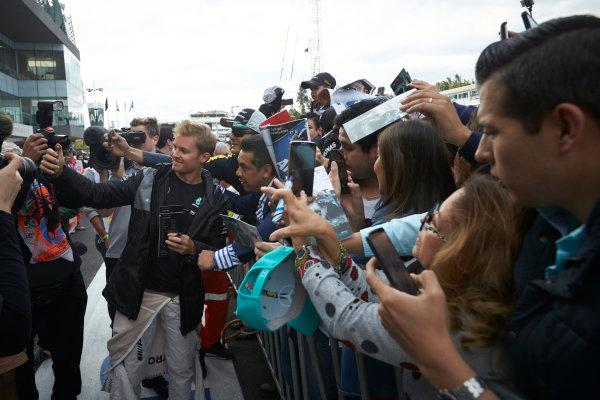 Autodromo Hermanos Rodriguez, Mexico City, Mexico. Thursday 27 October 2016. Nico Rosberg, Mercedes AMG, meets some fans. World Copyright:Steve Etherington/LAT Photographic ref: Digital Image SNE21550