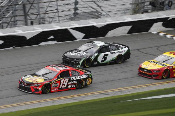 #19: Martin Truex Jr., Joe Gibbs Racing, Toyota Camry Bass Pro Shops, #5: Kyle Larson, Hendrick Motorsports, Chevrolet Camaro NationsGuard