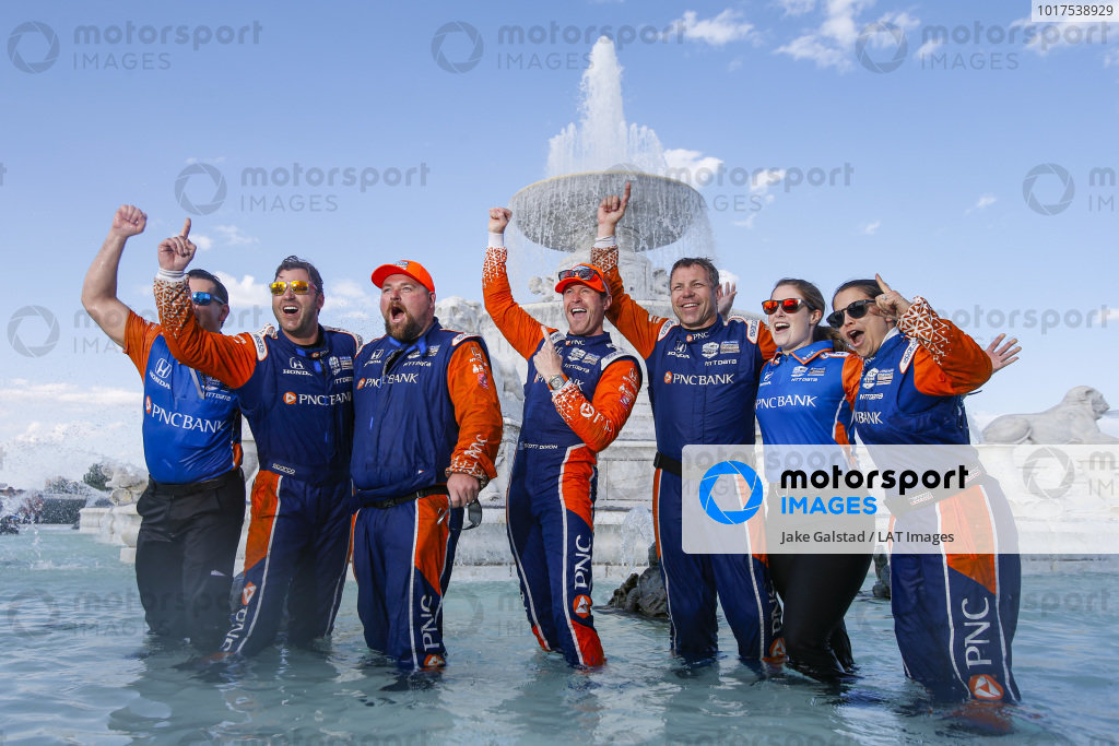 Scott Dixon, Chip Ganassi Racing Honda, Jumps in the Scott Fountain, Crew