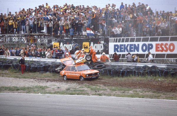 1982 Dutch Grand Prix.Zandvoort, Holland.1-3 July 1982.Rene Arnoux (Renault RE30B) crashed into the barrier after suffering a suspension failure on lap 22.  Ref-82HOL03. World Copyright - LAT Photographic