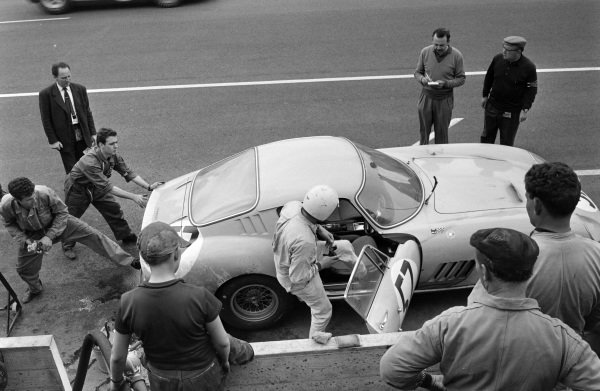 Pierre Noblet / Claude Dubois, Ecurie Francorchamps, Ferrari 275 GTB, makes a pitstop.