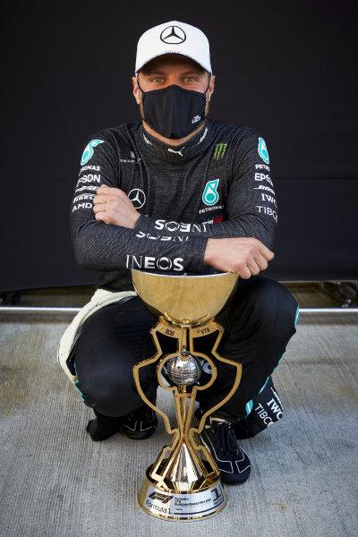Race Winner Valtteri Bottas, Mercedes-AMG Petronas F1 with the trophy