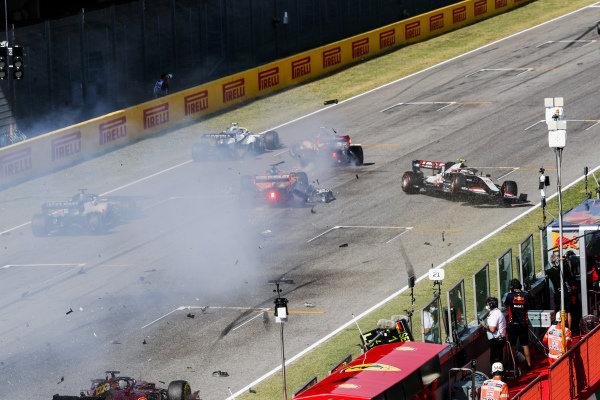Carlos Sainz, McLaren MCL35, Antonio Giovinazzi, Alfa Romeo Racing C39 and Kevin Magnussen, Haas VF-20 crash