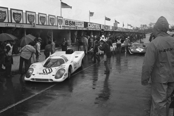 1970 BOAC Brands Hatch 1000 Kms. Brands Hatch, England. 12th April 1970. Vic Elford / Denny Hulme (Porsche 917K), 2nd position, pit stop with the Richard Attwood / Hans Herrmann (Porsche 917K), 3rd position, blocking the path of the Herbert Muller / Mike Parkes (Ferrari 512 S), 13th position, action. World Copyright: LAT Photographic. Ref: L70 - 279 - 10A.