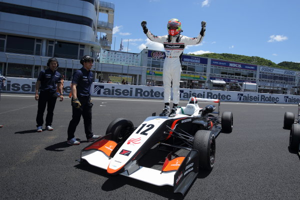 2017 Japanese Formula 3 Championship. Okayama, Japan. 27th - 28th May 2017. Rd 8 & 9. Rd 9 Winner Alex Palou ( #12 ThreeBond Racing with DRAGO CORSE )  parc ferme portrait World Copyright: Yasushi Ishihara / LAT Images. Ref: 2017JF3_Rd9_008