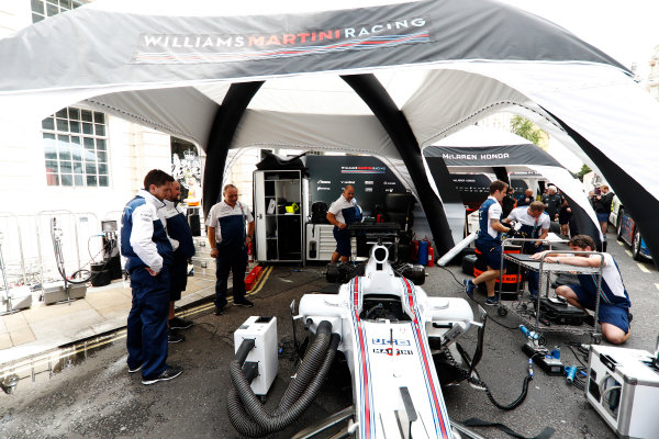 F1 Live London. London, United Kingdom. Wednesday 12 July 2017. The Williams team prepare for the London Formula 1 demonstration. World Copyright: Glenn Dunbar/LAT Images ref: Digital Image: _31I9131