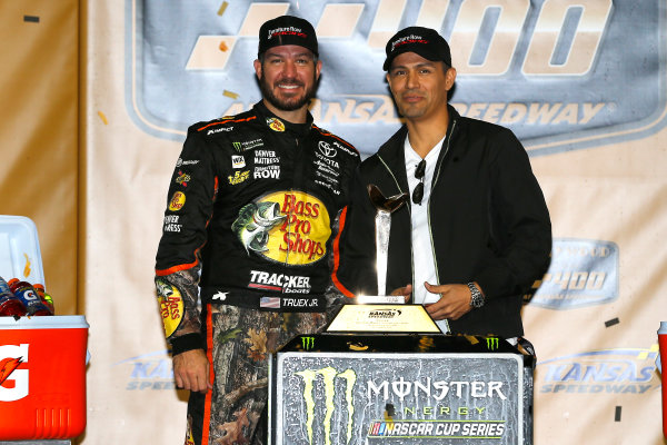 Monster Energy NASCAR Cup Series Hollywood Casino 400 Kansas Speedway, Kansas City, KS USA Sunday 22 October 2017 Martin Truex Jr, Furniture Row Racing, Bass Pro Shops / Tracker Boats Toyota Camry celebrates in victory lane with Jay Hernandez World Copyright: Russell LaBounty LAT Images