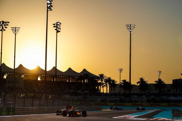 Yas Marina Circuit, Abu Dhabi, United Arab Emirates. Sunday 27 November 2016. Daniel Ricciardo, Red Bull Racing RB12 TAG Heuer, leads Sebastian Vettel, Ferrari SF16-H. World Copyright: Dunbar/LAT Photographic ref: Digital Image _X4I4657