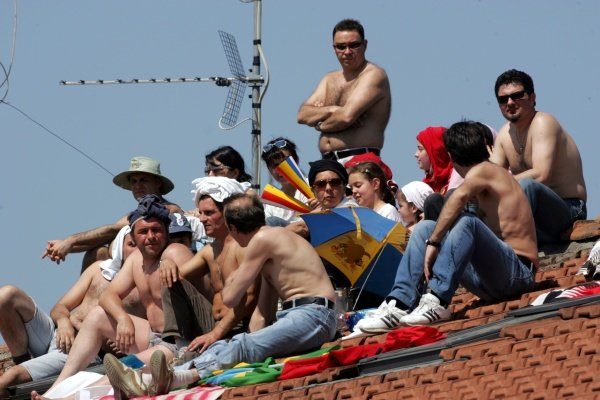 Fans on the roof. Formula One World Championship, Rd4, San Marino Grand Prix, Race Day, Imola, Italy, 23 April 2006.  DIGITAL IMAGE BEST IMAGE