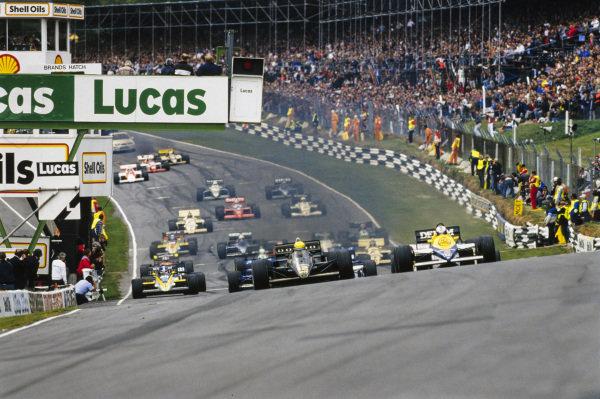 Ayrton Senna, Lotus 97T Renault, leads Nigel Mansell, Williams FW10 Honda, at the start.