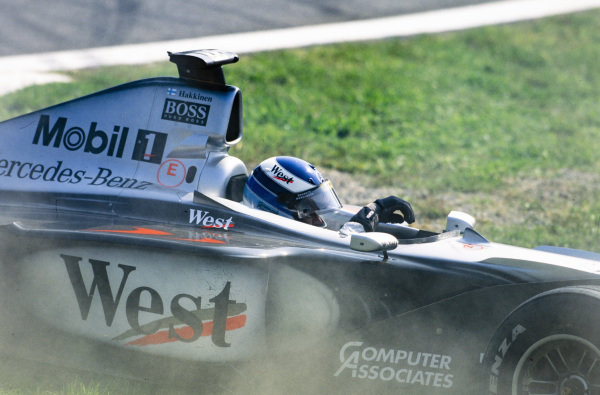 Mika Häkkinen, McLaren MP4-14 Mercedes, spins off from the race lead.
