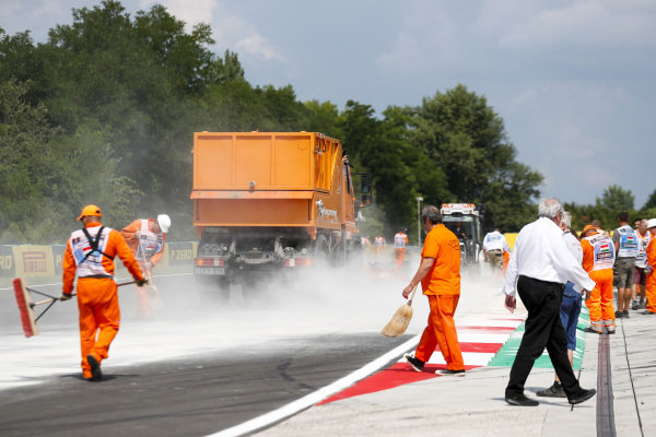 Marshals clean up oil spill from the F2 race