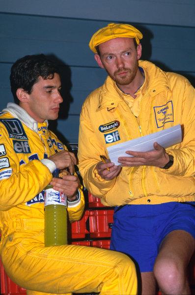 1987 Monaco Grand Prix. Monte Carlo, Monaco. 28th - 31st May 1987.  Ayrton Senna (Lotus 99T-Honda), 1st position, talks with race engineer Steve Hallam, portrait.  World Copyright: LAT Photographic.