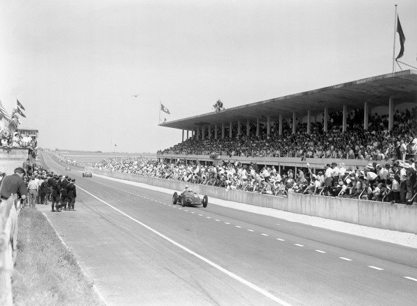 1950 French Grand Prix.Reims-Gueux, France. 2 July 1950.Giuseppe Farina leads Juan Manuel Fangio and Luigi Fagioli (all Alfa Romeo 158) passed the grandstands early in the race. Ref: B&W negative no. C27332.World Copyright: LAT Photographic