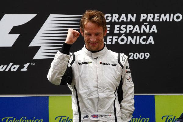 Circuit de Catalunya, Barcelona, Spain 10th May 2009 Jenson Button, Brawn GP BGP001 Mercedes, 1st position, celebrates victory on the podium. Portrait. Podium. World Copyright: Andrew Ferraro/LAT Photographic ref: Digital Image _H0Y6157