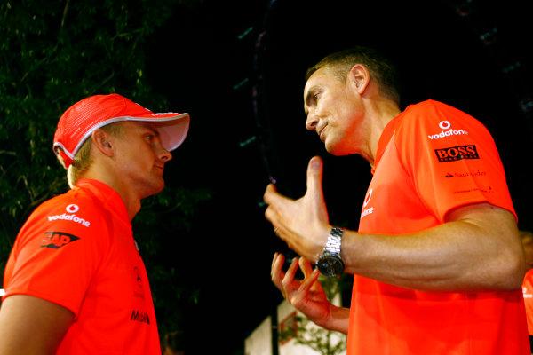 Marina Bay Circuit, Singapore. 27th September 2009. Heikki Kovalainen, McLaren MP4-24 Mercedes talks with Martin Whitmarsh, Team Principal, McLaren Mercedes after the race. Portrait. World Copyright: Charles Coates/LAT Photographic ref: Digital Image _26Y7829