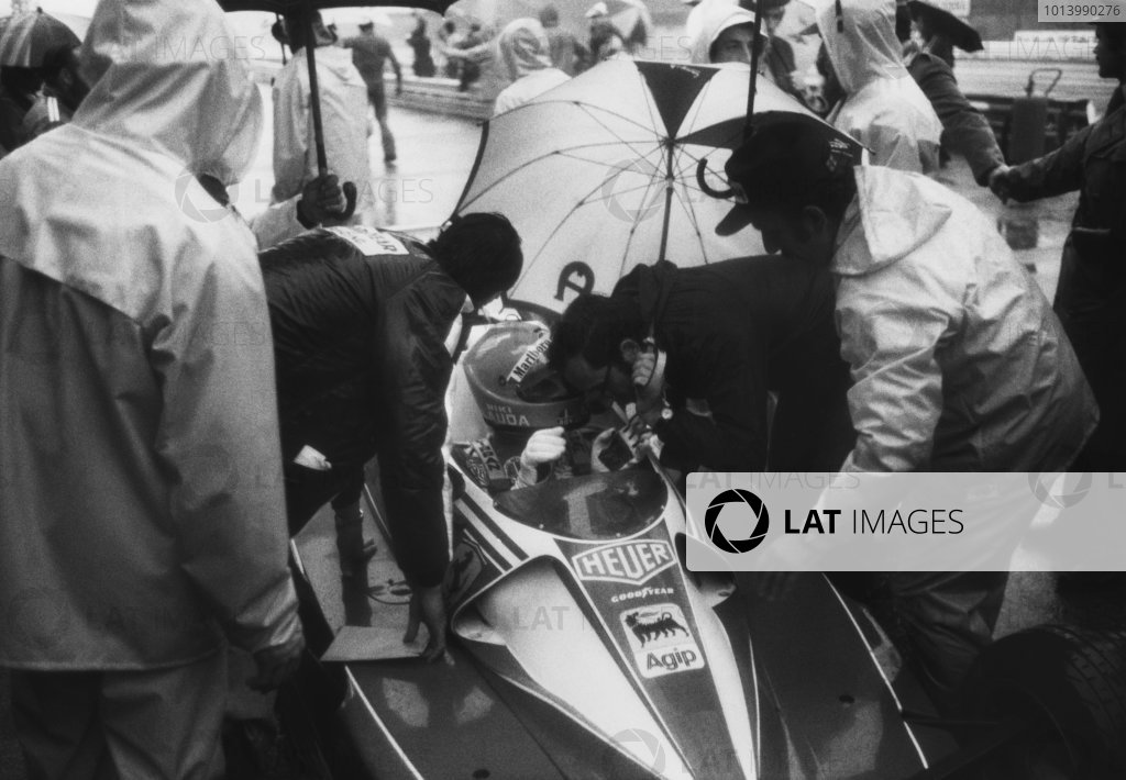 Monza, Italy. 10th - 12th September 1976. Niki Lauda (Ferrari 312T2), 4th position, in the pit lane during qualifying, portrait.  World Copyright: LAT Photographic.  Ref:  B/W Print.