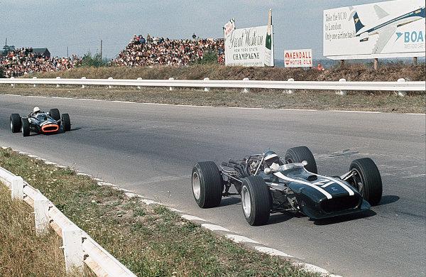 Watkins Glen, New York, USA.30/9-1/10 1967.Jacky Ickx (Cooper T86 Maserati) leads Chris Irwin (BRM P83).Ref-35mm 67 USA 06.World Copyright - LAT Photographic