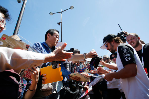 Monte Carlo, Monaco. Friday 22 May 2015. Fernando Alonso, McLaren, signs autographs for fans. World Copyright: Steven Tee/LAT Photographic. ref: Digital Image _X0W9772