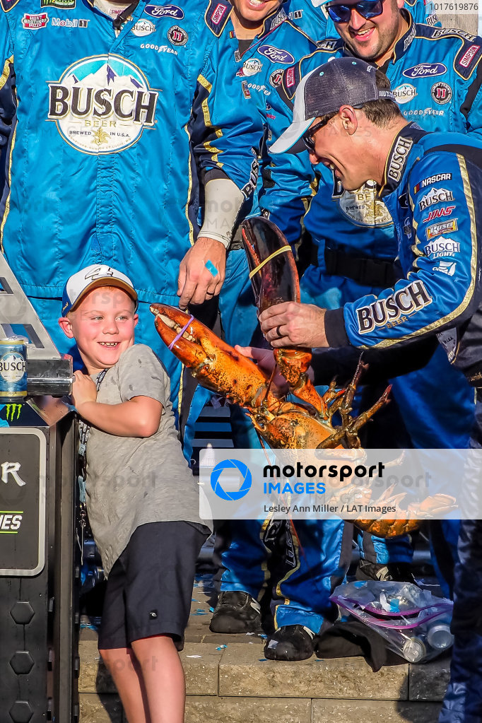 #4: Kevin Harvick, Stewart-Haas Racing, Ford Mustang Busch Beer / National Forest Foundation in victory lane with son Keelan and Loudon the Lobster