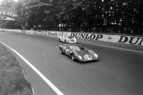 Pedro Rodriguez / David Piper, SpA Ferrari SEFAC, Ferrari 312P Coupè, leads Christian Poirot / Pierre Maublanc, Christian Poirot, Porsche 910.