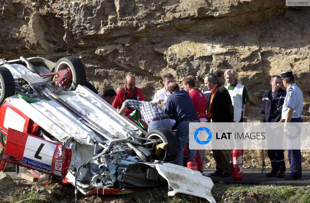 2001 World Rally Championship.Rallye de France, Ajaccio, Corsica, October 19-21.Tommi Makinen helps his injured co-driver Risto Mannisenmaki from the car after crashing on stage 5.Photo: Ralph Hardwick/LAT