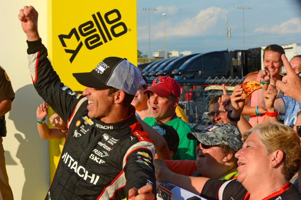Verizon IndyCar Series Iowa Corn 300 Iowa Speedway, Newton, IA USA Sunday 9 July 2017 Winner Helio Castroneves, Team Penske Chevrolet celebrates with fans in Victory Lane. World Copyright: F. Peirce Williams LAT Images