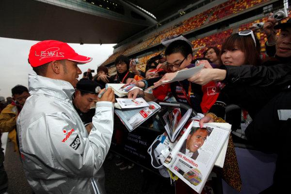 Shanghai International Circuit, Shanghai, China15th April 2010Lewis Hamilton, McLaren MP4-25 Mercedes, signs some autographs for fans. Portrait. Atmosphere. World Copyright: Andrew Ferraro/LAT Photographicref: Digital Image AF5D8215
