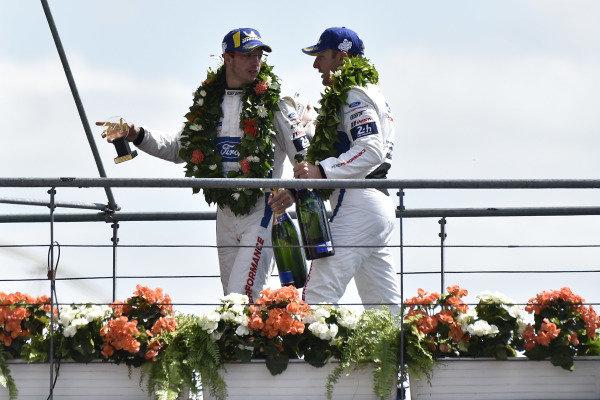#68 Ford Chip Ganassi Racing Ford GT: Joey Hand, Sébastien Bourdais, podium