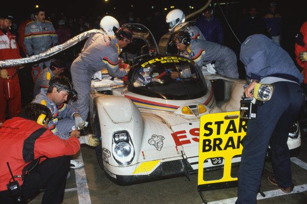 1992 Le Mans 24 Hours. Le Mans, France. 20th - 21st June 1992. Yannick Dalmas/Derek Warwick/Mark Blundell (Peugeot 905 Evo 1), 1st position, pit stop action. World Copyright: LAT Photographic. Ref:  92LM19.