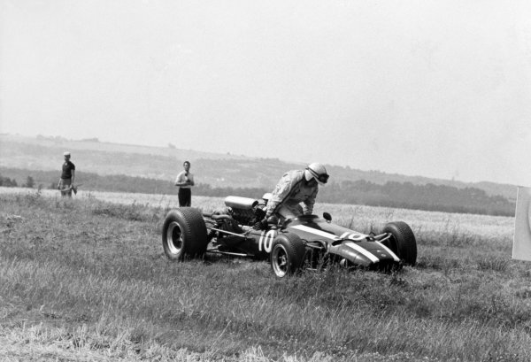 1966 French Grand Prix.Reims, France. 3 July 1966.John Surtees, Cooper T81-Maserati, retired, action.World Copyright: LAT Photographic