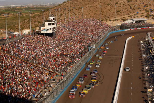 7-9 November, 2014, Avondale, Arizona USA Kevin Harvick and Jeff Gordon lead the last restart ©2014, Michael L. Levitt LAT Photo USA