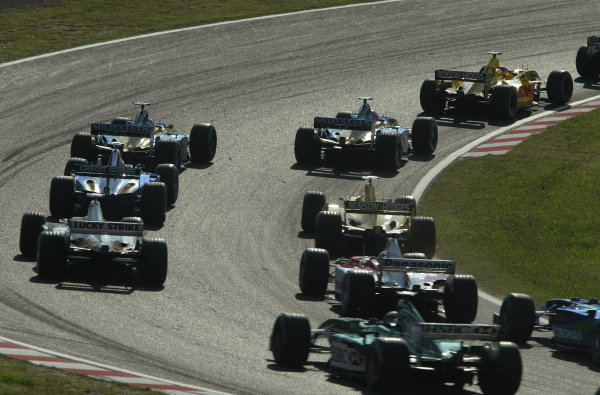2002 Japanese Grand Prix.Suzuka, Japan. 11-13 October 2002.The field races into First Curve at the start.World Copyright - LAT Photographic/Steve Etheringtonref: Digital File Only