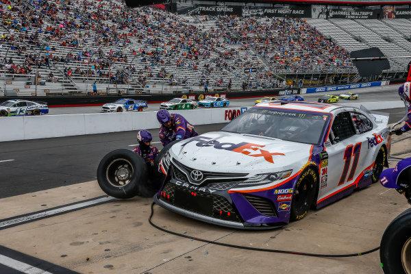 #11: Denny Hamlin, Joe Gibbs Racing, Toyota Camry FedEx Freight, pit stop