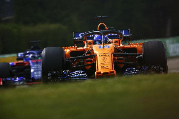 Fernando Alonso, McLaren MCL33 Renault, leads Brendon Hartley, Toro Rosso STR13 Honda.