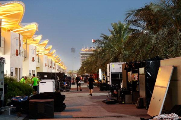 Bahrain International Circuit, Sakhir, Bahrain.  Wednesday 19 April 2017. Teams pack equipment at the conclusion of Bahrain's two-day test. World Copyright: Glenn Dunbar/LAT Images ref: Digital Image _31I6688