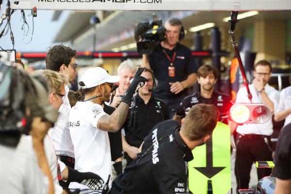 Yas Marina Circuit, Abu Dhabi, United Arab Emirates. Thursday 23 November 2017. Lewis Hamilton, Mercedes AMG, joins in with the practice pitstops. World Copyright: Charles Coates/LAT Images  ref: Digital Image AN7T0344