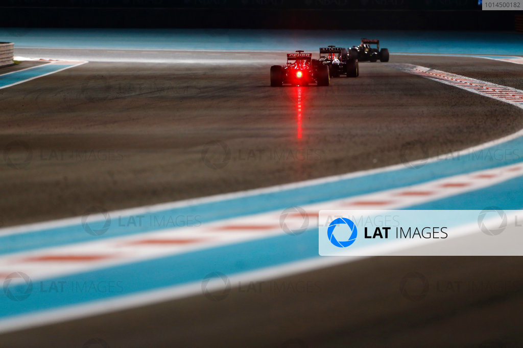 Yas Marina Circuit, Abu Dhabi, United Arab Emirates. Sunday 29 November 2015. Daniil Kvyat, Red Bull Racing RB11 Renault, leads Carlos Sainz Jr, Toro Rosso STR10 Renault. World Copyright: Sam Bloxham/LAT Photographic ref: Digital Image _SBL9425