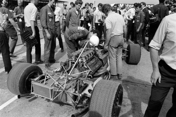 Jo Bonnier, Lotus 63 Ford, in the pit lane.