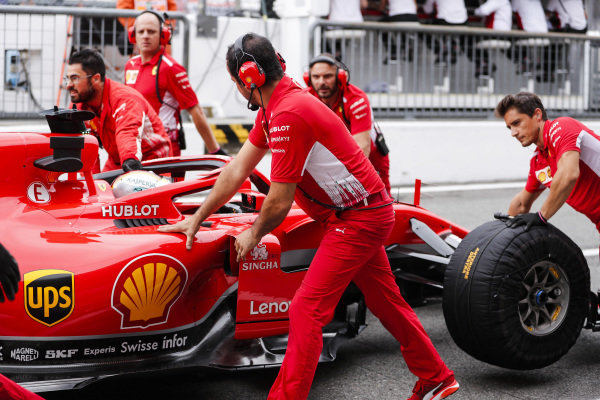 Sebastian Vettel, Ferrari SF71H, pits.