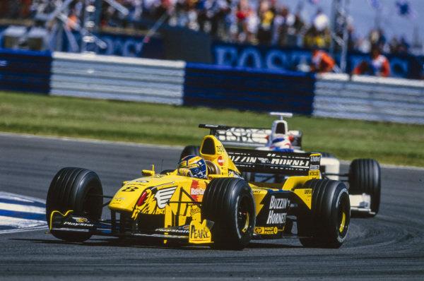 Heinz-Harald Frentzen, Jordan 199 Mugen-Honda, leads Rubens Barrichello, Stewart SF3 Ford.