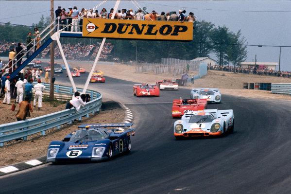 Watkins Glen, New York State, USA. 24th July 1971. Rd 11.Mark Donohue/David Hobbs (Ferrari 512M), retired, leads Jo Siffert/Gijs van Lennep (Porsche 917K), 2nd position, at the start, action. World Copyright: LAT Photographic.Ref:  Colour Transparency.