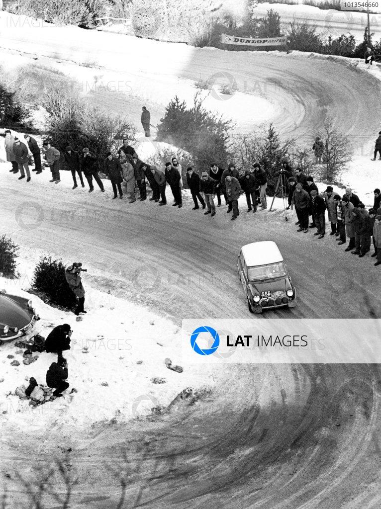 1968 Monte Carlo Rally. Monte Carlo, Monaco. 24th - 28th January 1968. Mini Cooper S, action. World Copyright: LAT Photographic. Ref: B/W Print.