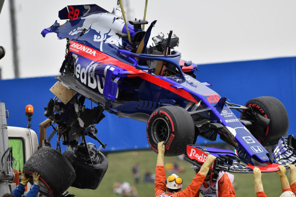 The crashed car of Brendon Hartley (NZL) Scuderia Toro Rosso is recovered in FP3