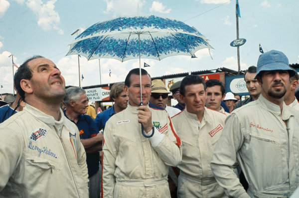 Kyalami, South Africa. 30/12/67-1/1/1968.  Denny Hulme, Sam Tingle, Jackie Pretorius, (Jacky Ickx behind) and Jo Bonnier on the grid.  Ref: 68SA23. World Copyright: LAT Photographic