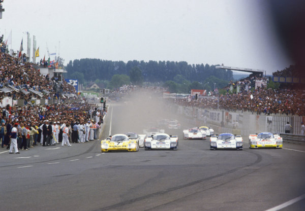 1986 Le Mans 24 hours. Le Mans, France. 31st May - 1st June 1986. The start of the race, action. World Copyright: LAT Photographic.  Ref:  86LM10