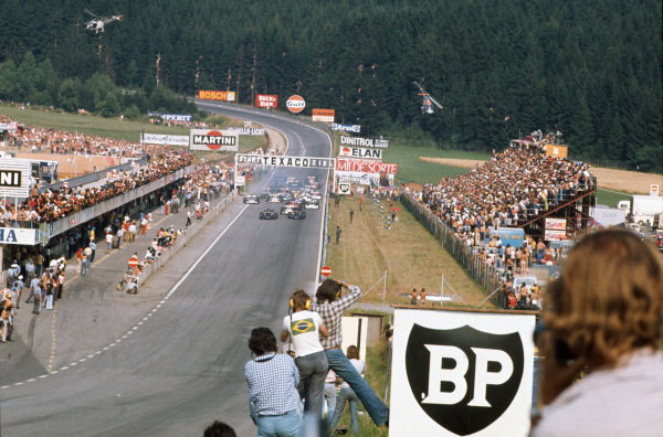 1973 Austrian Grand Prix.  Osterreichring, Austria. 17-19th August 1973.  Ronnie Peterson and Emerson Fittipaldi, Lotus 72E Ford, lead off the front row at the start, as two helicopters hover behind the grid.  Ref: 73AUT55. World Copyright: LAT Photographic