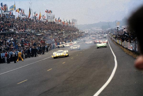 Le Mans, France. 14-15 June 1969.Rolf Stommelen/Kurt Ahrens (#14 Porsche 917LH) leads Vic Elford/Richard Attwood (#12 Porsche 917LH), Jo Siffert/Brian Redman (#20 Porsche 908), Udo Schutz/Gerhard Mitter (#23 Porsche 908) and Jo Bonnier/Masten Gregory (#2 Lola T70 M3B-Chevrolet) at the start.World Copyright: LAT PhotographicRef: 69LM03