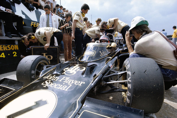 Lotus mechanics around Emerson Fittipaldi's Lotus 72D Ford.